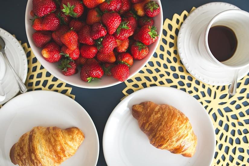 Calorieën tellen - ontbijt met croissants en aardbeien